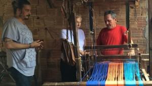 O estilista conferiu todas as etapas: desde o urdume (início da preparação de fio para os tecidos) até o acabamento final nas residências dos artesãos (produção das varandas, mamucabas, malhas, etc.).