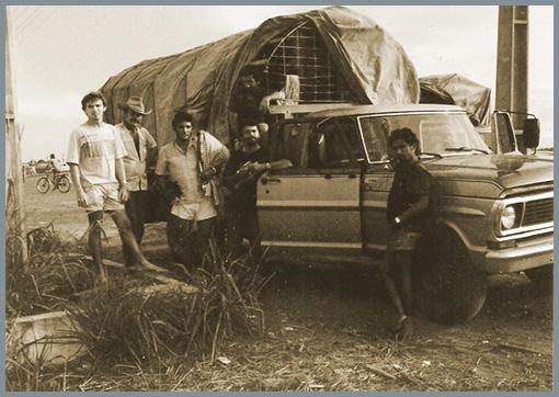 """Primeira viagem de Armando Dantas, CEO da Santa Luzia Redes e Decoração, com vendedores ambulantes, chamados de """"corretores de redes"""", na cidade de Pimenta Bueno – RO, a caminho do centro da Amazônia. Ano de 1986."""